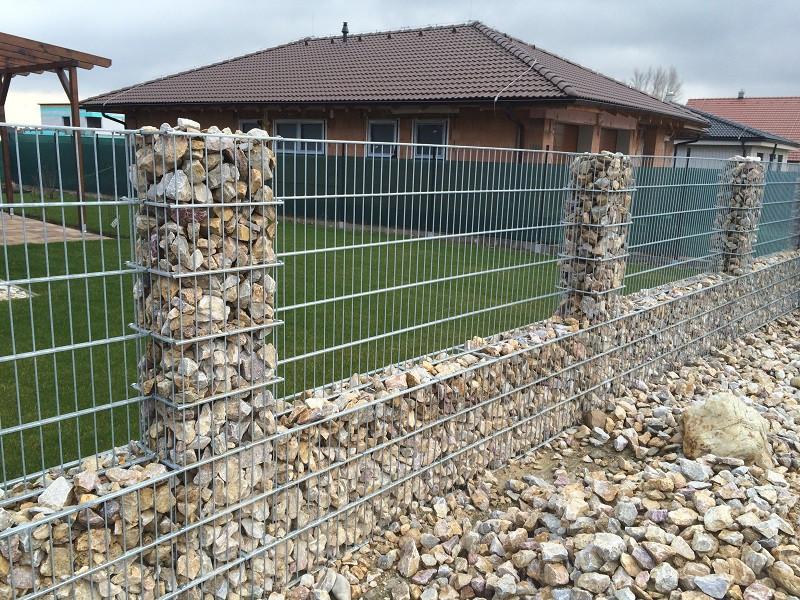 Gabiónový plot - 0,8 m, d. 2,5m, š. 20-40 cm, oko 5x20 cm, stĺpik 2x1,2m + komponenty