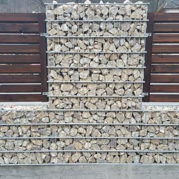 Gabiónový plot - v. 1,4 m, d. 2,5 m, š. 20-40 cm, oko 5x20cm, stĺpik 2x1,8 m + komponenty