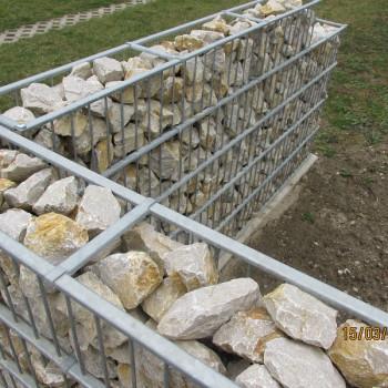 Gabiónový plot - v. 1,2 m, d. 2,5 m, š. 20-40 cm, oko 5x20cm, stĺpik 2x1,6 m + komponenty